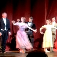 Applaus: Fra venstre Martin Yates (dirigent) Julie Gardette (Tatjana), Yoel Carreño (Onegin),  Emma Lloyd (Olga), Lucas Lima (Lenskij),). Scott Casban (Fyrst Gremin). Foto Henning Høholt