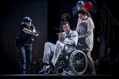 Det går dramatisk for seg i Don Giovanni. Marcell Bakonyi som Leporello, Kari Ulfsnes Kleiven som Zerlina. Foto: Jörg Wiesner