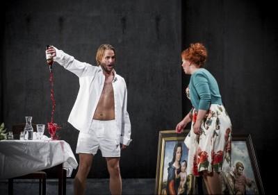 Dramatikken fortsetter, her i sluttdelen. Björn Bürger som Don Giovanni, Marita Sølberg som Donna Elvira. Foto: Jörg Wiesner