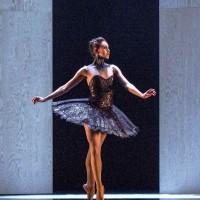 Ut av Alans Forundrings box kommer det ikke bare en, men til og med to nesten identiske ballerinaer. Foto Erik Berg.