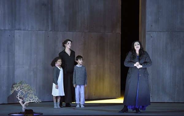 Norma, Maria and with the two children, foto Vincent Pontet