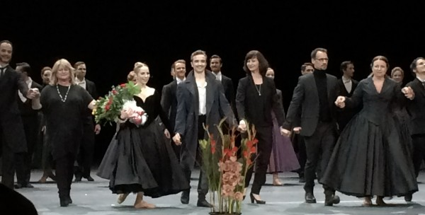 In the center Eugenie Skilnand as Anna, Douwe Dekkers as Vronskij. To the right choreographer Christian Spuck and Ingebjørg Kosmo, Foto Tomas Bagackas