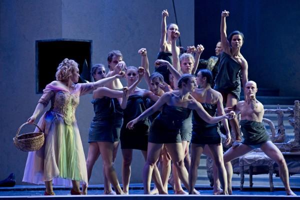 Das Rheingold. Premiere 4.5.13. Sandra Trattnigg - Freia  . Tanzensemble das mythische Element. Foto: Tom Schulze