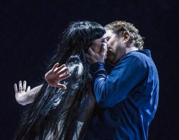 Turandot - Irina Rindzuner og Henrik Engelsviken i et vakkert langt kyss etter at det er klart at han har vunnet gjetteleken, og dermed kan sikre seg sin prinsesse