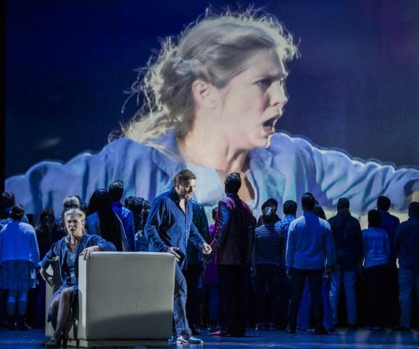 Eli Kristin Hanssveen som Liu avslutter denne korte Turandot produksjonen, som stopper hvor Puccinis komponering og orkestrering er slutt, dermed mister publikum den vakre kjærlighets avslutningen, som Puccini hadde skissert, men ikke orkestrert, og Turandot slutter dermed sørgerlig, istedet for å slutte med glede. Foto Erik Berg