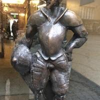 Doorknobs was small sculptures of men dressed in armor, Fotos Tomas Bagackas