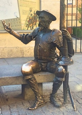 Don Quixote utenfor huset der han ble født, som nå er et museum Alcalá de Henares, 25 km utenfor Madrid, Spania. Foto Henning Høholt