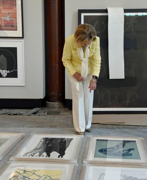 Dronningen i Dronning Sonja KunstStall under monteringen av første utstilling.  Foto: Sven Gj. Gjeruldsen, Det kongelige hoff.