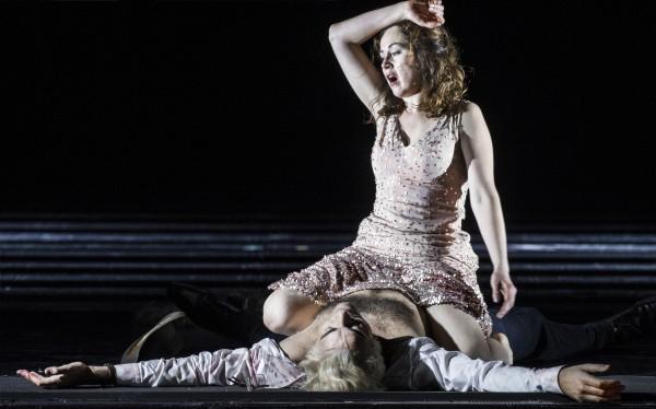 Tosca etter å ha hatt sex med SCARPIA, rett før hun dreper ham med en kniv i Bieitos Tosca på Operaen i Oslo våren 2017. Foto Erik Berg.