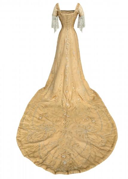 """Hvert """"tema"""" i installasjonen innledes med et av Dronning Mauds antrekk. Dette er kjolen hun bar ved kroningen i 1906.  Fotogrammetri: Nasjonalmuseet for kunst, arkitektur og design."""