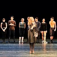 Ballettsjef Ingrid Lorentzen, foran sammen med alle dansere, koreografer og pianist i årets Koreografihuset på Scene 2. Operaen. Foto Tomas Bagackas.