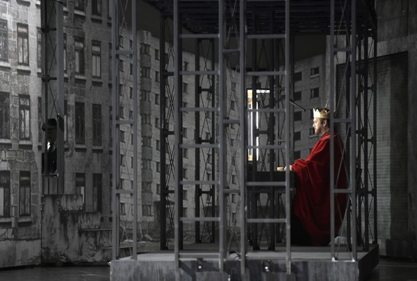 Gregory Kunde as Jean de Leyde in the scenography and costumes by Pierre André Weitz. Photo: Deutsche Oper, Berlin