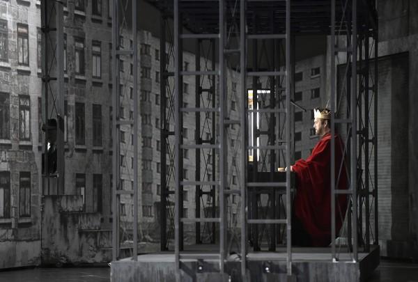 Gregory Kunde as Jean de Leyde in the scenography and costumes by Pierre André Weitz. Photo: Deutsche Oper, Berlin