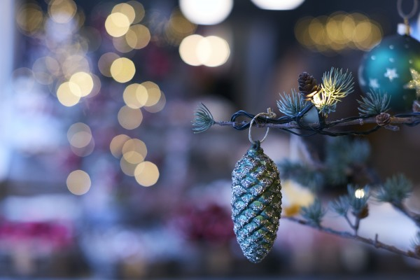 En enkelt grankugle, silk som jeg husker fra min barndoms juletrær i Tylstrup i Nordjylland.