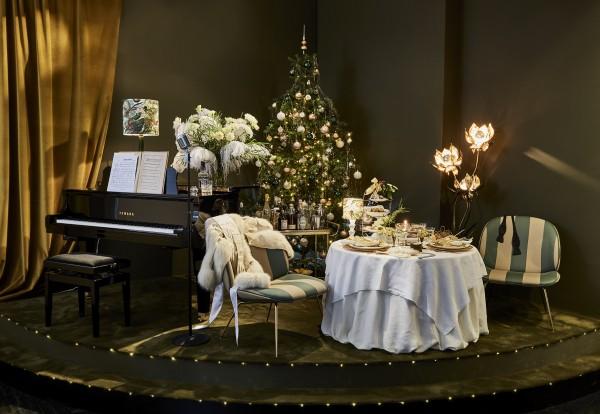 """Femke Møller Slott bringer mine tanker hen på en lidt modernisert versjon av Nøddebo Prestegård. """"Barn og Voksne i Sluttet Krans"""" rund juletreet."""