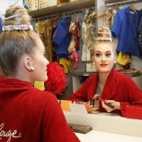 Shauna legger siste strøk på make-up´en før hun entrer scenen på verdensberømte Moulin Rouge i Paris. ©Moulin Rouge®-Foto: J.Habas