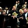 From right: Lukas Vondracek (piano soloist), Vasily Petrenko (conductor), og Elise Båtnes (konsertmester). Foto Tomas Bagackas.